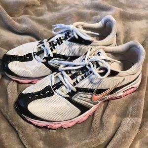 Nike size 8.5 tennis shoes EUr 40